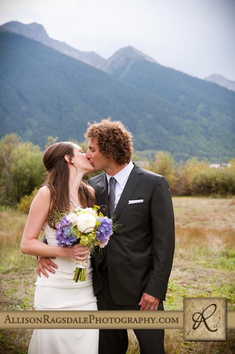 bride and groom kissing silverton wedding ceremony