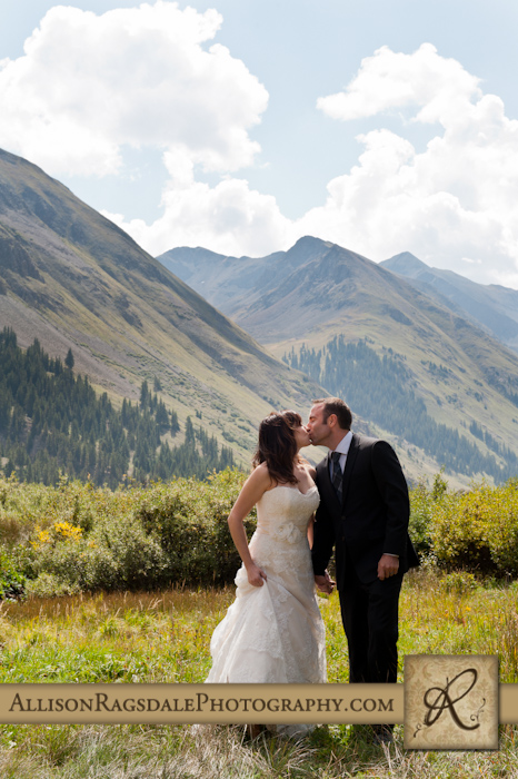 bride and groom kissing silverton mountains colorado