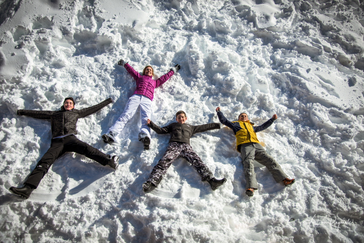 adorable snow family portraits snow angels