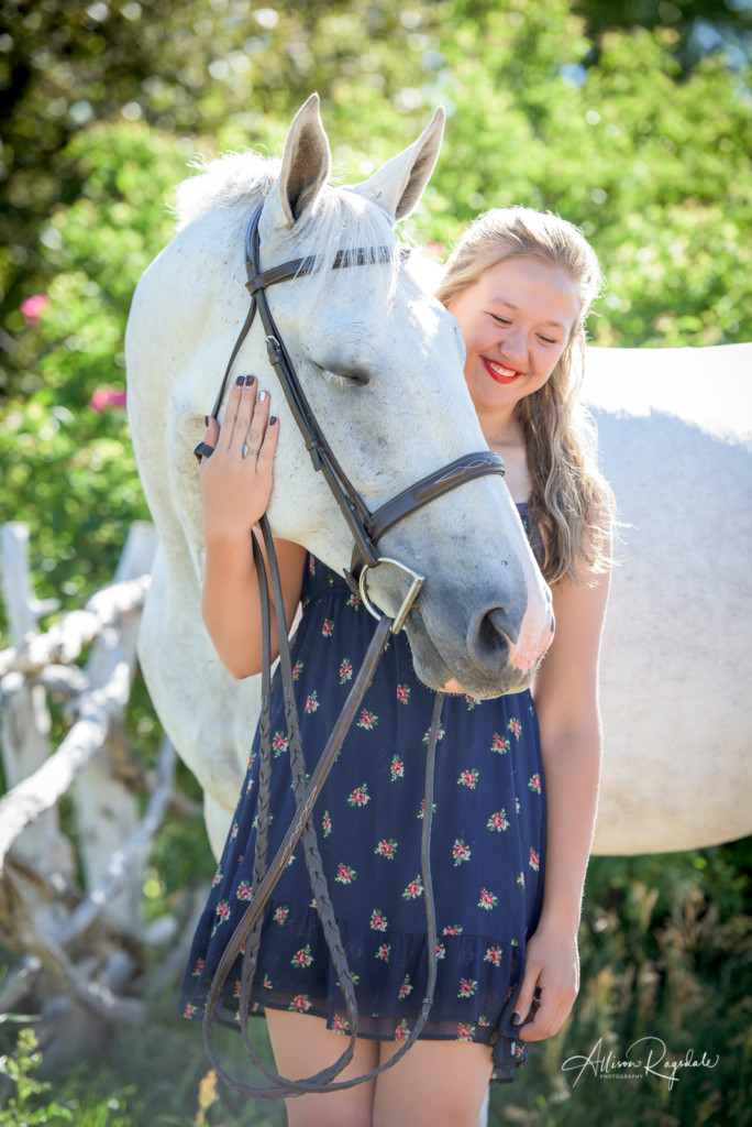 Pretty senior pictures with white horses